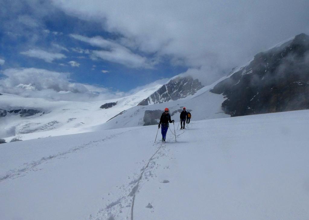 Une ouverture dans le ciel gris d'Italie, alors que nous progressons sur le glacier, Virée Verticale