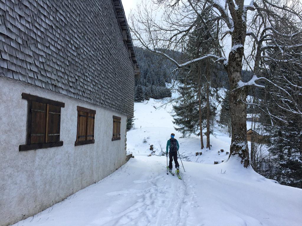 Passage par le hameau des Nants, la neige se fait plus pratiquable, Virée Verticale