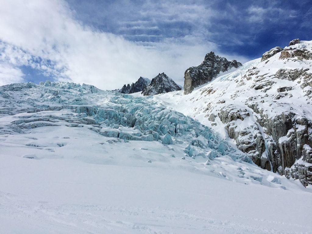 Attention aux nombreux séracs et aux crevasses qui jalonnent la Vallée Blanche, Virée Verticale