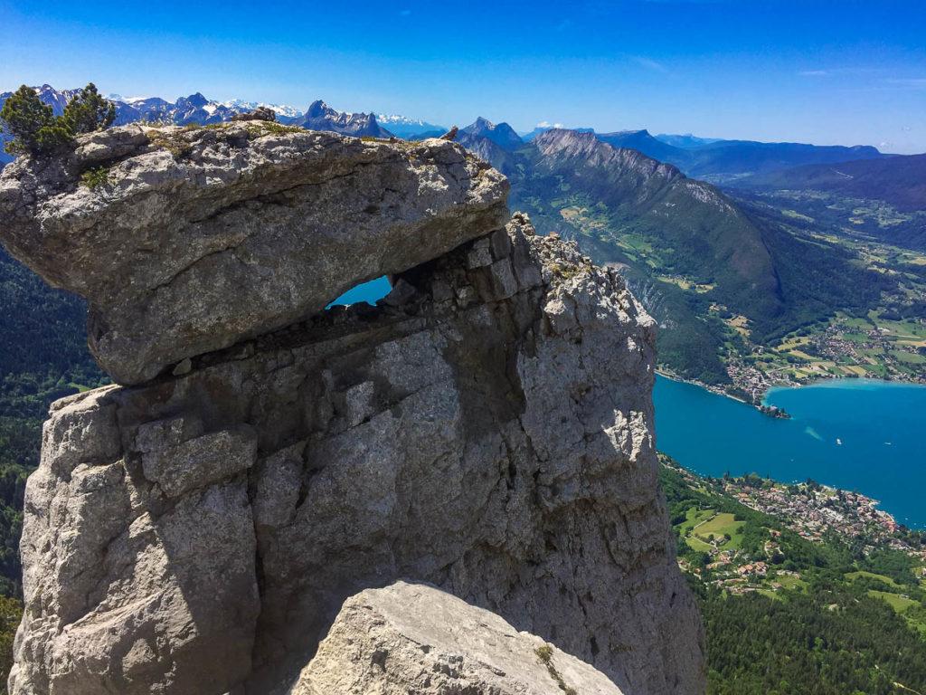 Un rocher curieux avec vue sur le lac, Dents de Lanfon, Virée Verticale