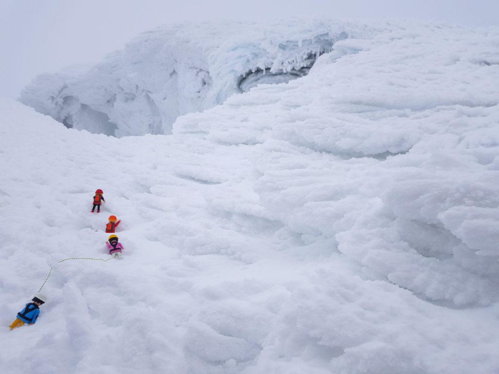 Les playmobils se mesurent aux crevasses
